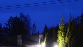 Oświetlenie ogrodu za pomocą betonowej lampy