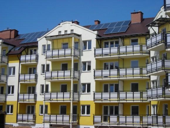Kolektor słoneczny na dachu bloku mieszkalnego