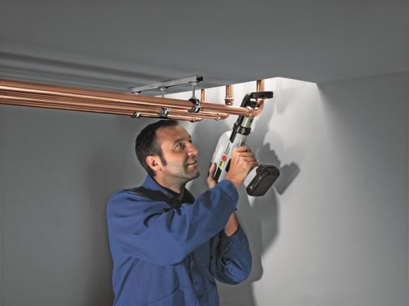 Viega - Montaż instalacji w technologii zaprasowywania zajmuje nawet do 50% mniej czasu w porównaniu do lutowania i eliminuje zagrożenia wynikające z operowania otwartym ogniem
