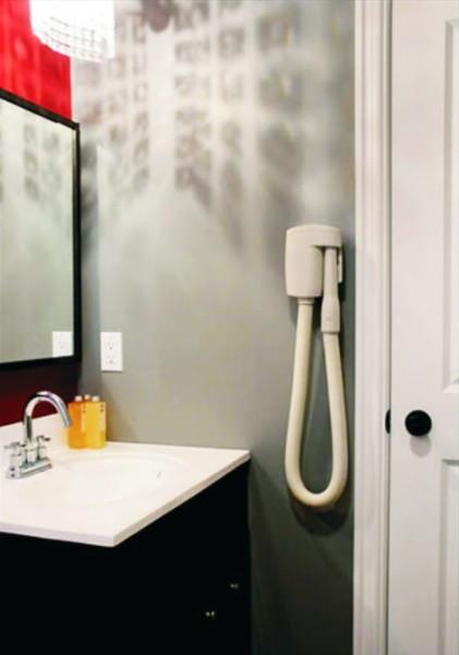 System centralnego odkurzania  w łazience - wąż ssący Wally Flex na ścianie
