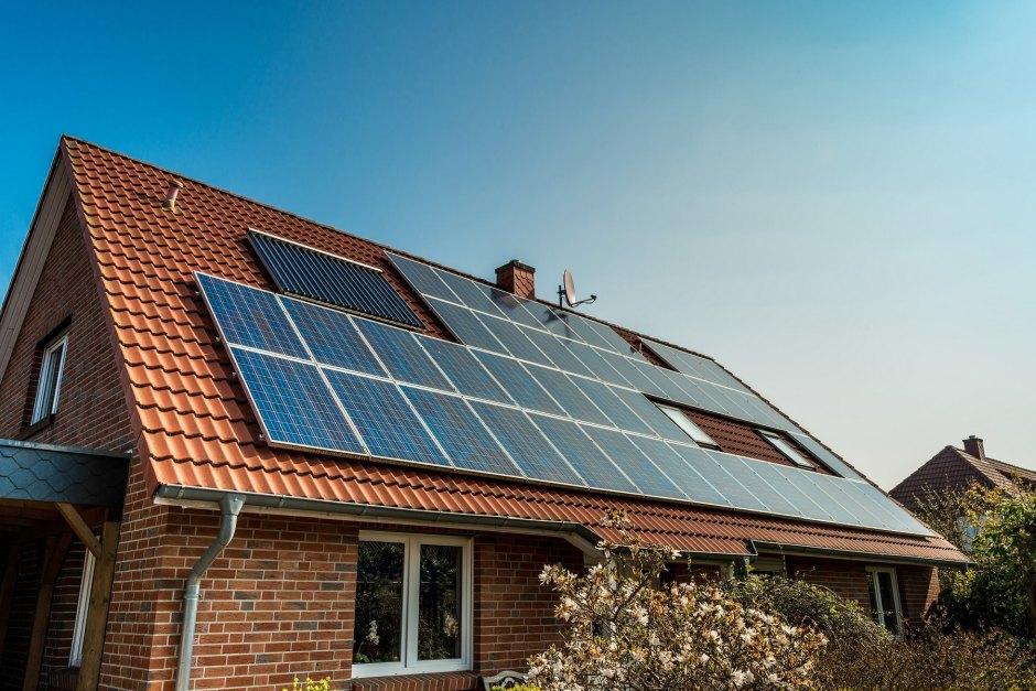 Panele fotowoltaiczne - montaż na dachu